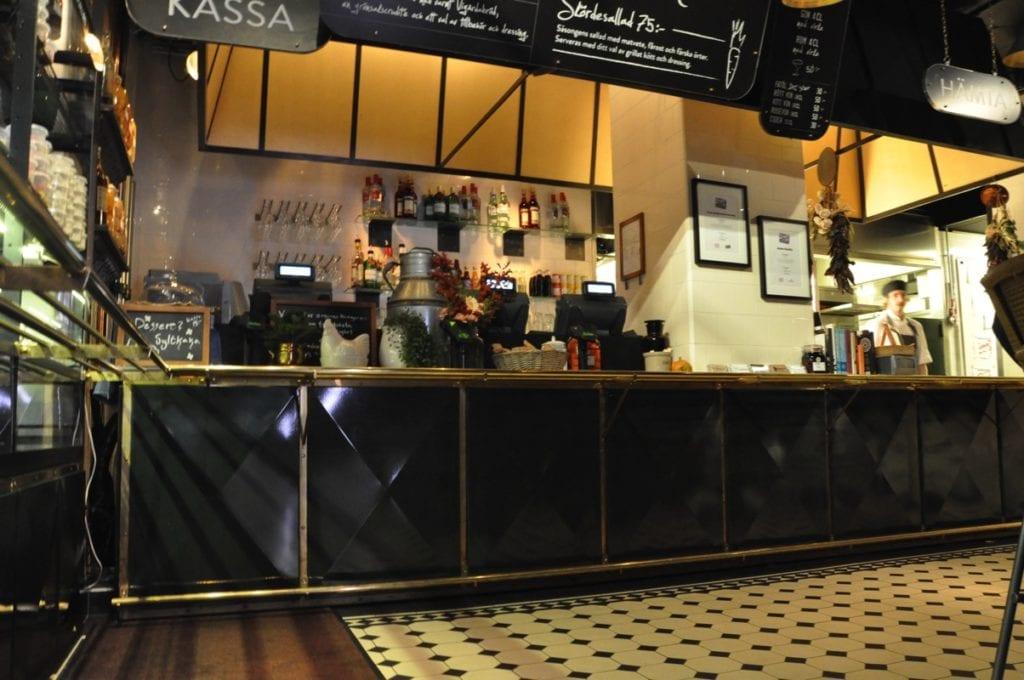 Kryssbockade, djupdragna plåtar i Melker Anderssons restaurang på MOOD i huvudstaden