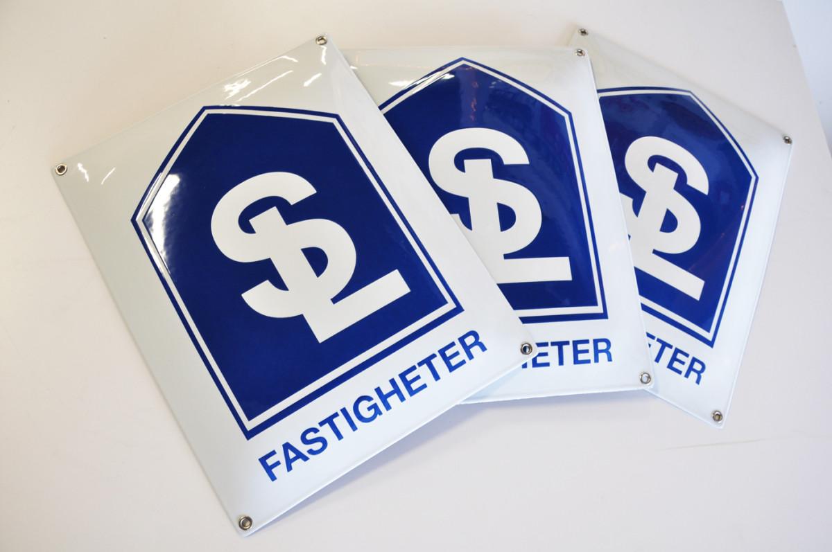 Skillinge Emalj producerar skyltar till S L fastighetsbolag