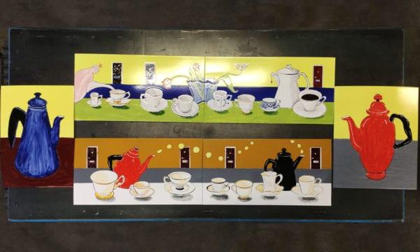 Ann Bloms kaffeplåtar som senare gjuts in i en betongbänk - utsmyckning