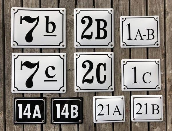 Olika utformningar på husnummerskyltar med siffra och bokstav.
