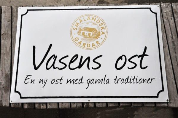 Skillinge-Emalj-Vasens-Ost-med-screenad-logo-i-guld